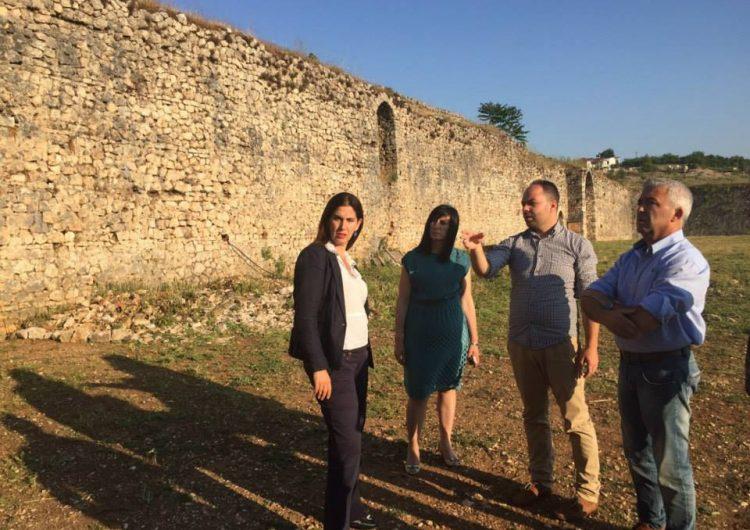 Ministrja Kumbaro tre vite premtime të pambajtura për restaurimin e Kalasë së Libohovës