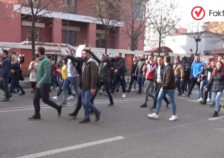 Studentët protestojnë për uljen e tarifave dhe pagesës për kreditet