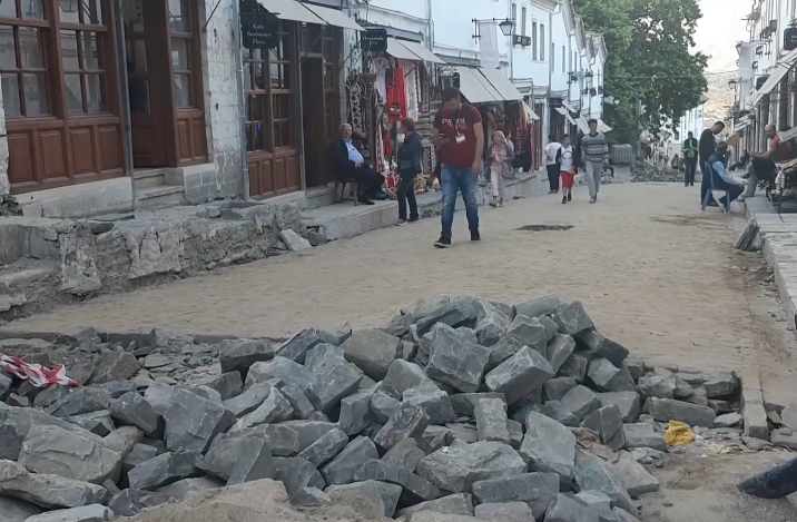 Premtimet shtohen por kalldrëmet e Gjirokastrës mbeten ende të pashtruara