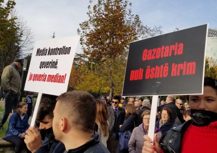 Gazetarët protestojnë me heshtje për projektligjin që 'u mbyll' gojën mediave online